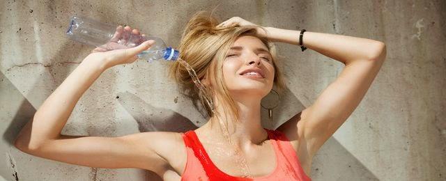 Jak dbać o włosy w upał?